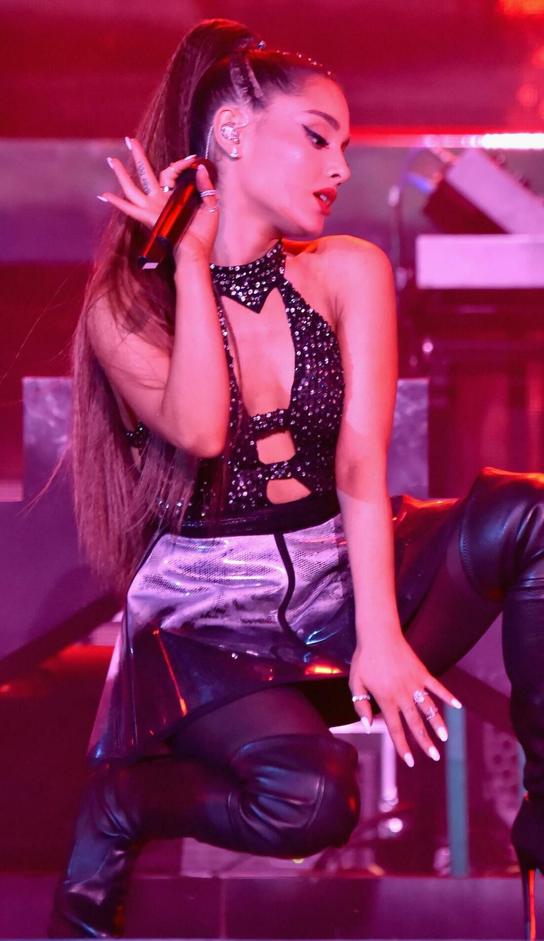A Ariana Grande live event