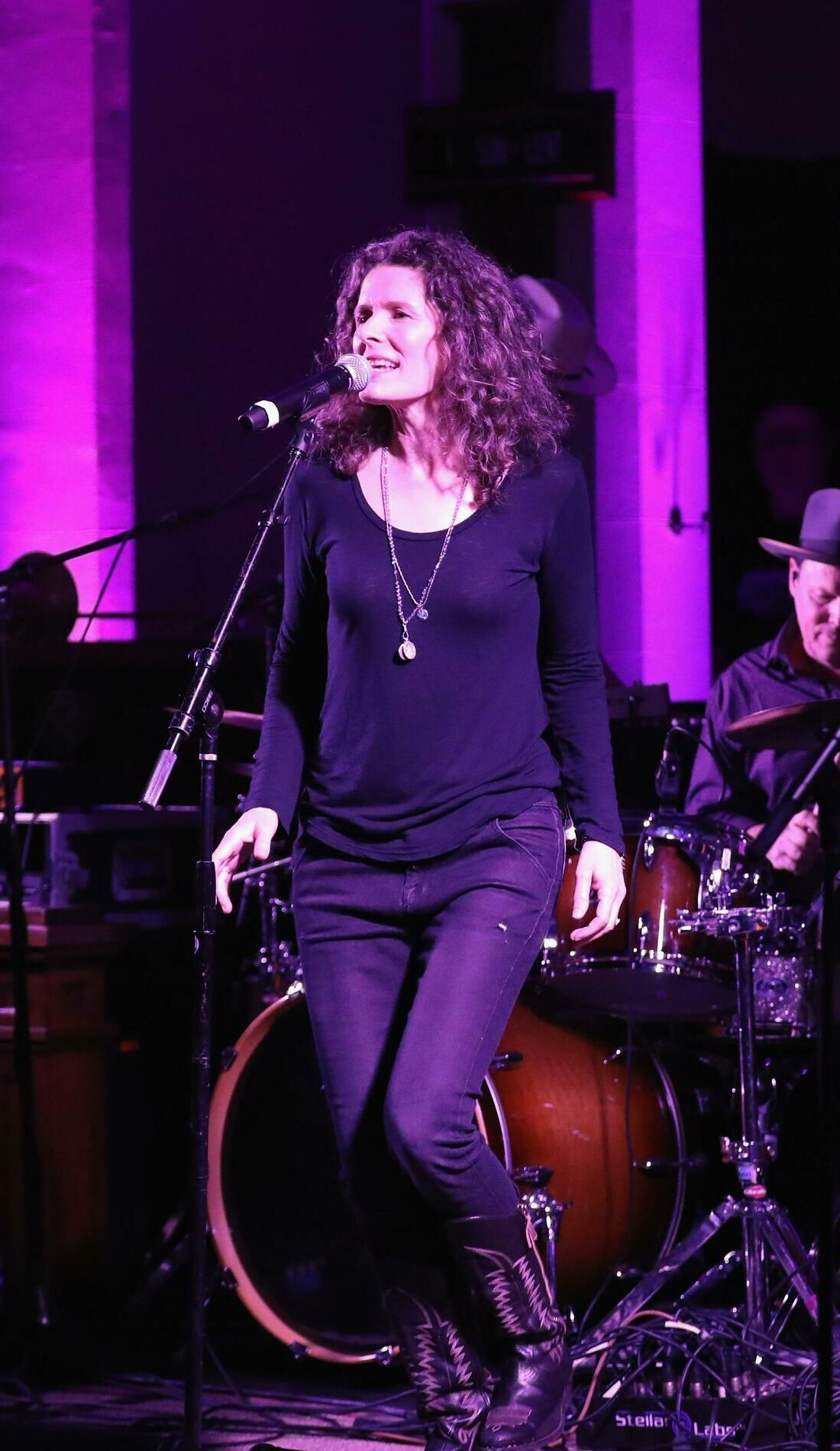 A Edie Brickell & New Bohemians live event